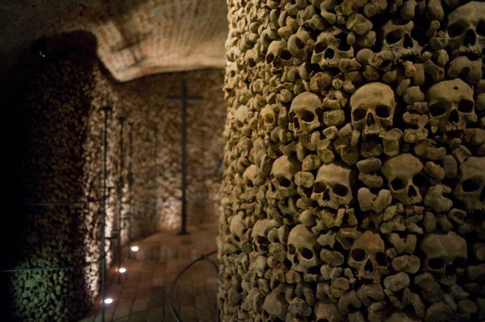 Черепа и кости тысяч людей в подземельях под костелом Святого Якуба.   Фото: photo.sf.co.ua.