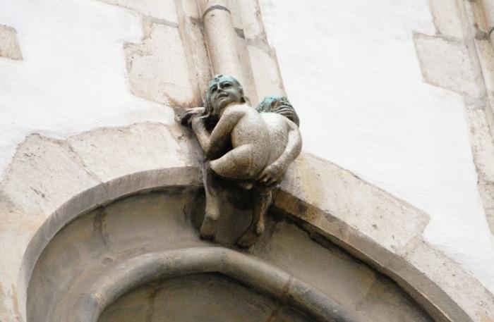 Скульптура обнаженного двухголового человечка.   Фото: atlasobscura.com.