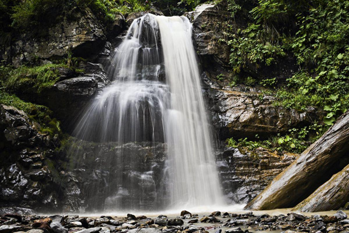 Водопад на территории природного парка водопадов