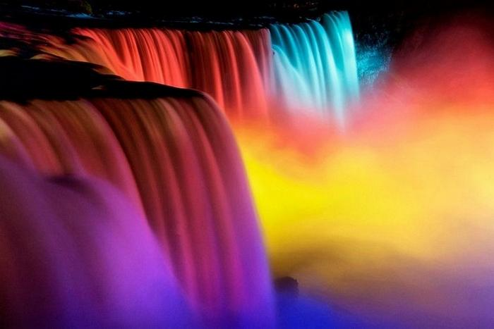 Ниагарский водопад всех цветов радуги на Зимнем Фестивале Огней