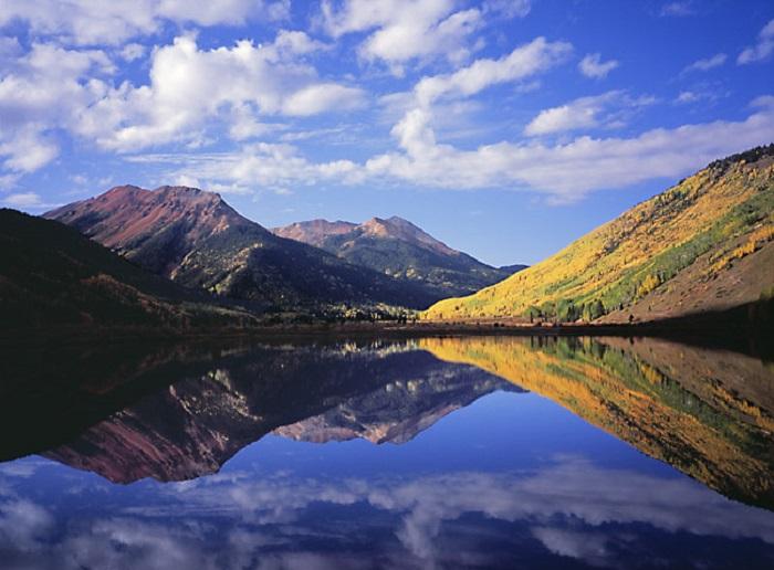 Горный пейзаж, отражённый в озере.