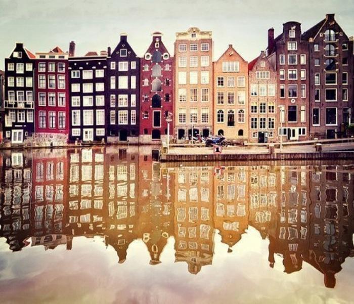 Современный Амстердам поражает своими старинными домиками, построенными на берегах бесконечных каналов.