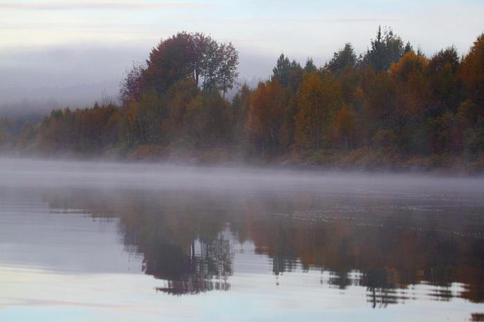 Точная копия пейзажа нашла свое отражение на просторной глади озера.