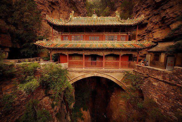 Висячий дворец в Китае